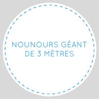 Nounours géant de trois mètres écrit en bleu sur un font blanc, en cercle